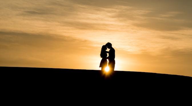 Couple dans le soleil couchant