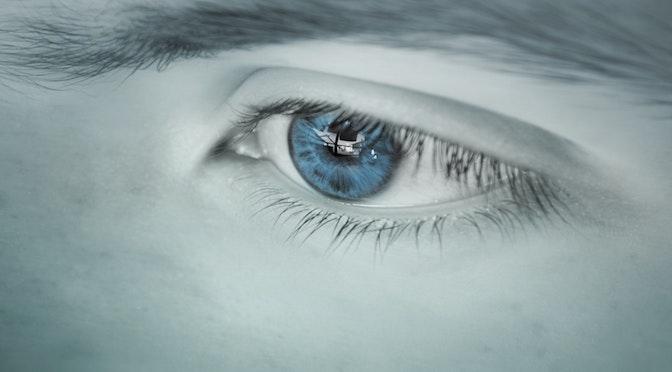 Visage en noir et blanc avec un œil en couleur