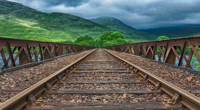 Chemin de fer passant sur un pont