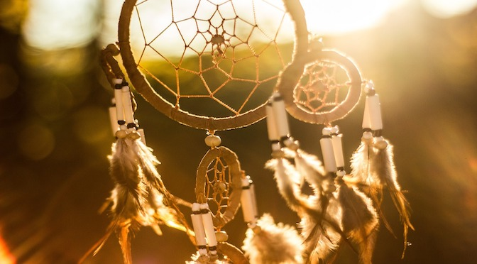 Dreamcatcher dans le vent au levé du soleil