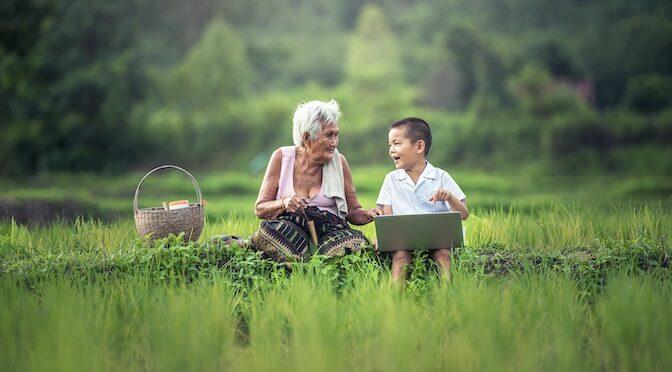 Grand-mère et enfant assis dans l'herbe