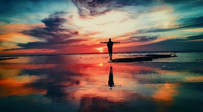 Silhouette d'une personne et son reflet dans l'eau