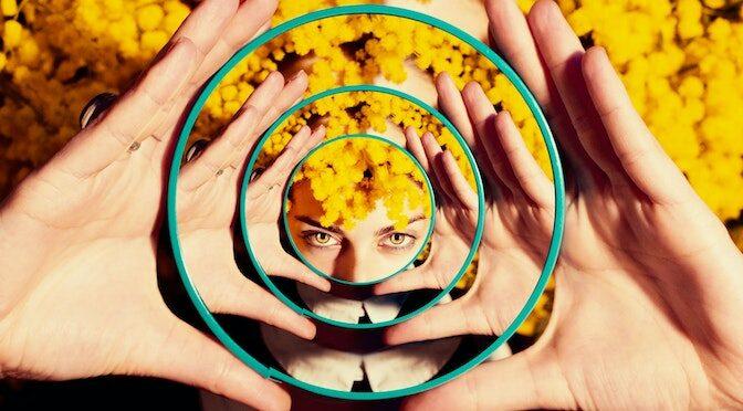 Femme tenant un miroir